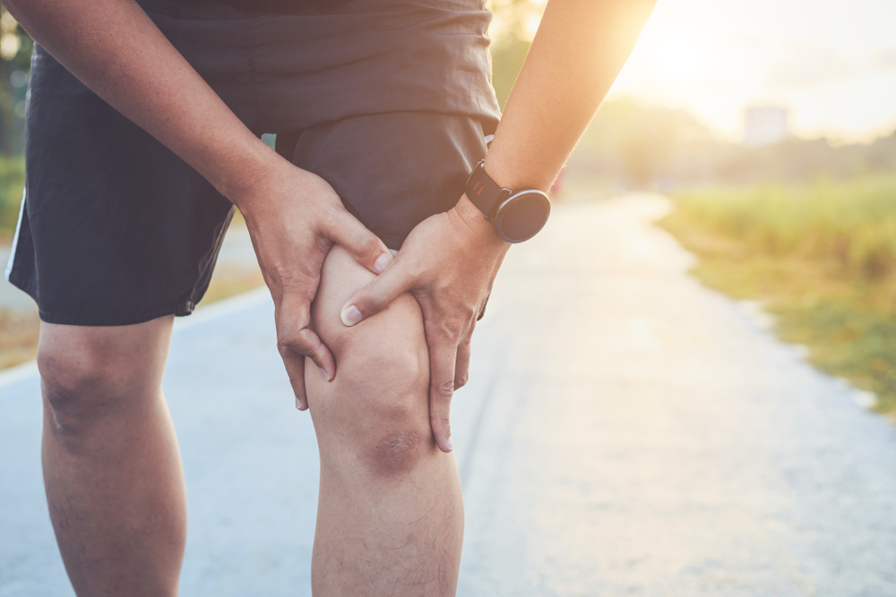 Man dealing with knee pain on run